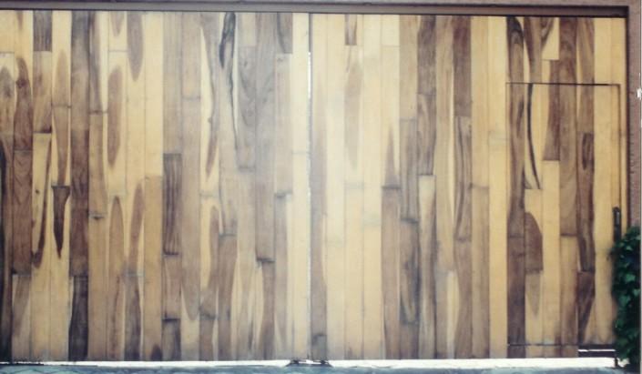 Dise o integral en madera puertas for Saguan de madera